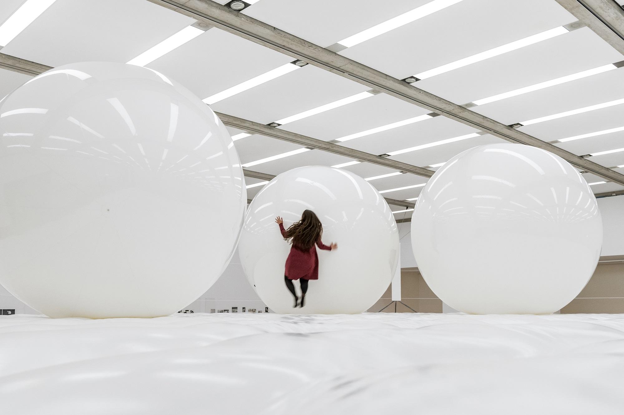Frau auf Riesenbillard in Alfred Schmeller-Ausstellung
